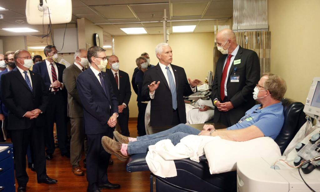 En maskeløs visepresident Mike Pence på sykehusbesøk. Foto: Jim Mone / AP / NTB scanpix