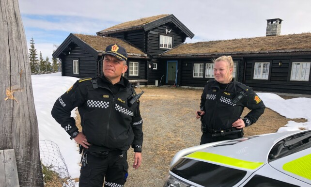 PÅ PLASS: Politiet er på Hagens hytte. Foto: Øistein Monsen / Dagbladet
