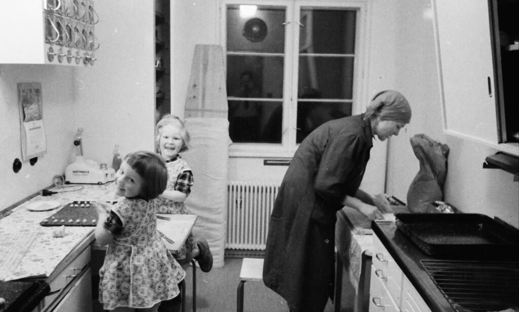 PÅ KJØKKENET: Forfatterens bestemor på kjøkkenet med døtrene. Foto: PRIVAT