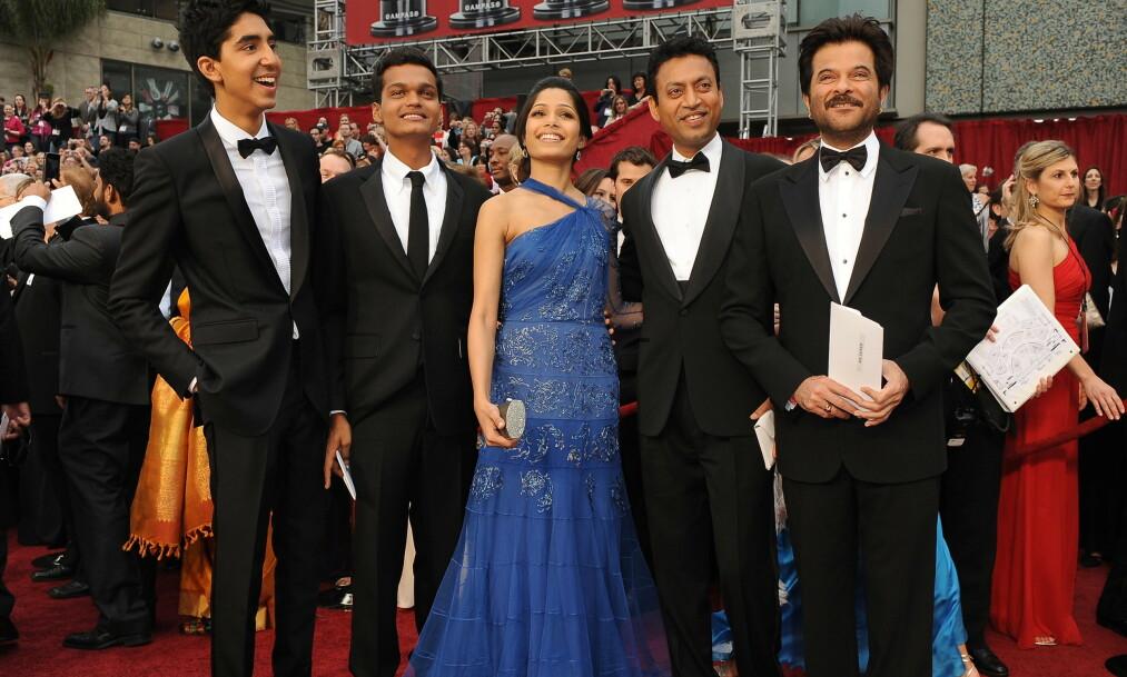 <strong>GIKK BORT:</strong> Her er Irrfan Khan (nr. fire f.v.) avbildet sammen med flere av skuespillerne i «Slumdog Millionaire» under Oscar-utdelingen i 2009. Fra venstre Dev Patel, Madhur Mittal, Freida Pinto og Anil Kapoor. Foto: NTB Scanpix
