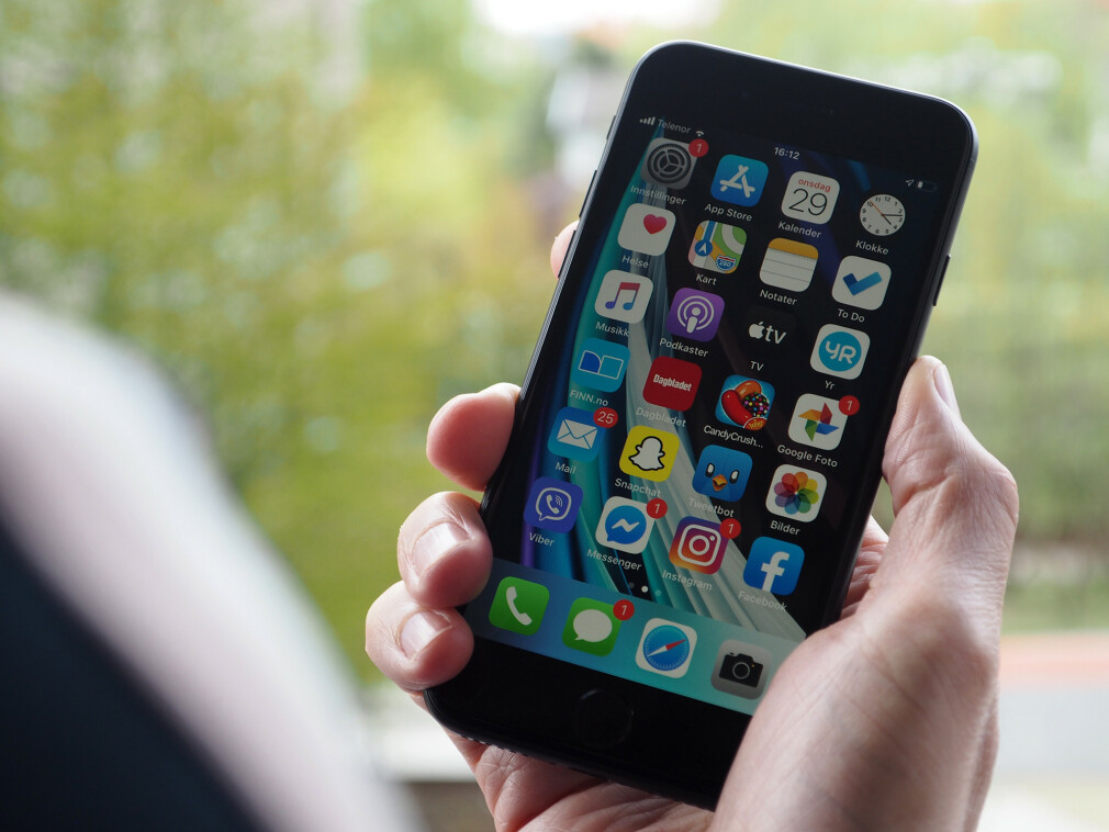 KOMPAKT: Apples nye iPhone SE er drømmemobilen for deg som ikke vil ha en stor smarttelefon. Med 4,7 tommer skjerm er den liten og lett å bruke med én hånd. Foto: Kirsti Østvang