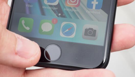 <strong>FINGERAVTRYKKSLESER:</strong> Hjemknappen på iPhone SE brukes også til å låse opp mobilen. En kjapp og sikker løsning. Foto: Kirsti Østvang