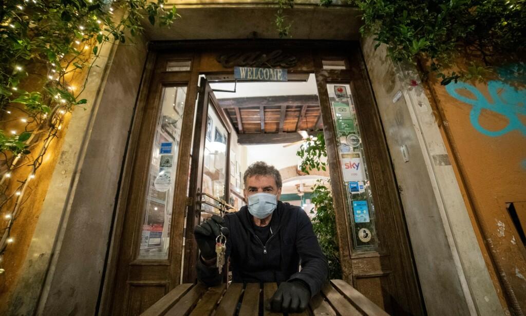 PROTEST: I Italia protesterer flere restauranteiere mot mydnighetenes beslutning om å ikke åpne restauranter, barer og strender før 1. juli. Foto: Davide Fracassi/Pacific Press/Shutterstock