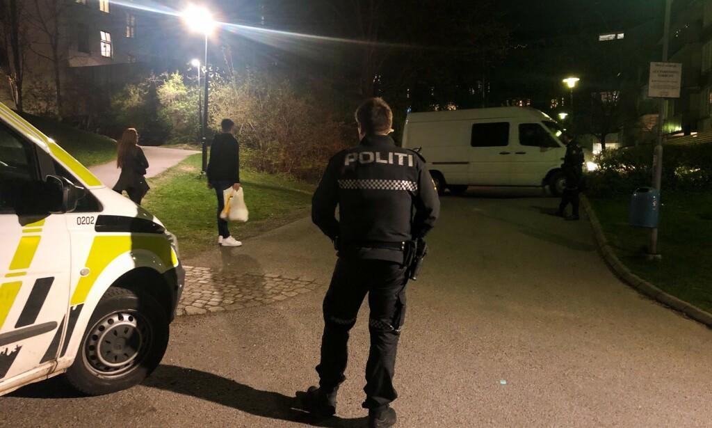 VAKT: Åstedet for knivstikkinga forrige torsdag skal være ballbanen mellom Smedgata og Borggata på Tøyen. Et område som lenge har vært kjent for politiet som et sted der det foregår slag av narkotika. Foto: Øistein Norum Monsen / Dagbladet