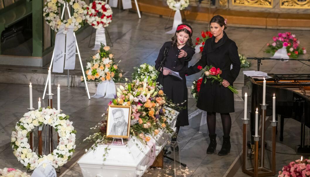 HOLDT TALE: Maud Angelica Behn holdt minneord for faren Ari Behn under bisettelsen i Oslo domkirke i januar. Prinsesse Märtha Louise til høyre. Foto: Håkon Mosvold Larsen / NTB scanpix