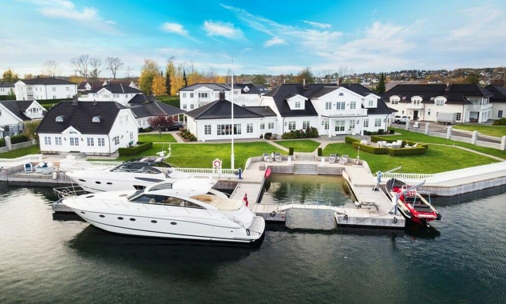 PRAKTEIENDOM: Denne boligen på Kalvetangen på Nøtterøy utenfor Tønsberg er forsøkt solgt i ett års tid. Først nå er den gått ut på det åpne markedet. Foto: Breakfast