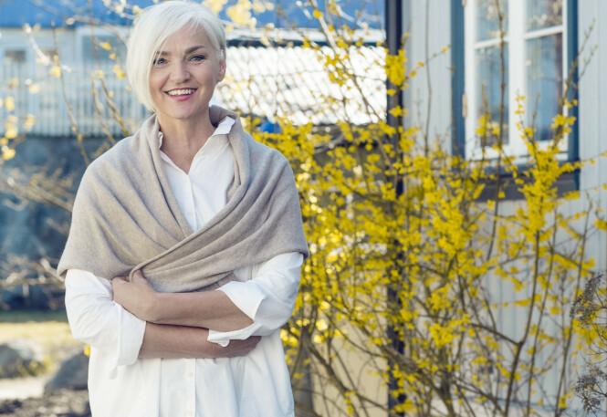 FØLGER IKKE ALLE TRENDER: Mette er mest opptatt av det som er kledelig, og ikke tar vekk personligheten på den hun sminker. Foto: Astrid Waller