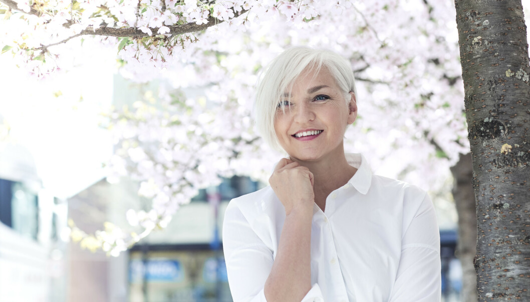 FARGER IKKE HÅRET: Mette Johrde (59) jobber med hår- og makeup til daglig. Selv har hun valgt å beholde sin naturlige gråfarge. Foto: Astrid Waller