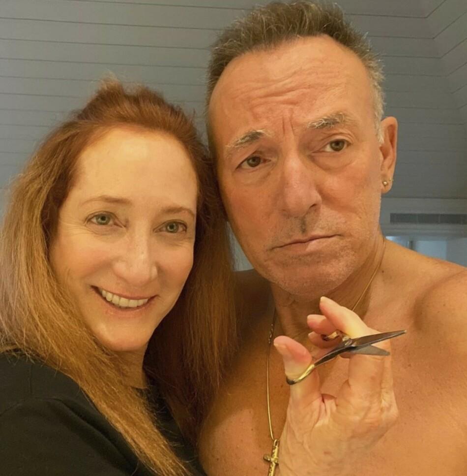 BRUCE SPRINGSTEEN: Kona Patti Scialfa trådte til som frisør for The Boss før paret skulle holde veldedighetskonsert hjemme i stua. FOTO: Instagram/Officialrumbledoll