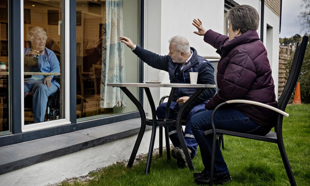KAFFESLABERAS: Randi Solveig Aasnes (90) får besøk av sine barn Ingar Aasnes (59) Grethe Aasnes (55). Hun har nettopp fylt 90 år og bor på Abildsø Sykehjem. Foto: Jørn H Moen / Dagbladet