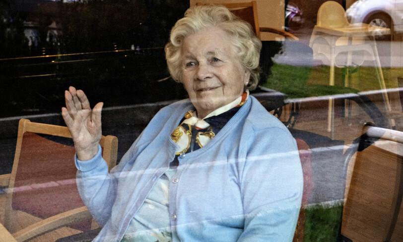 LITT SOM KRIGEN: Randi Solveig Aasnes (90) forteller at coronasituasjonen kan ligne krigsdagene. - Jeg har opplevd mye regler, sier hun. Foto: Jørn H Moen / Dagbladet