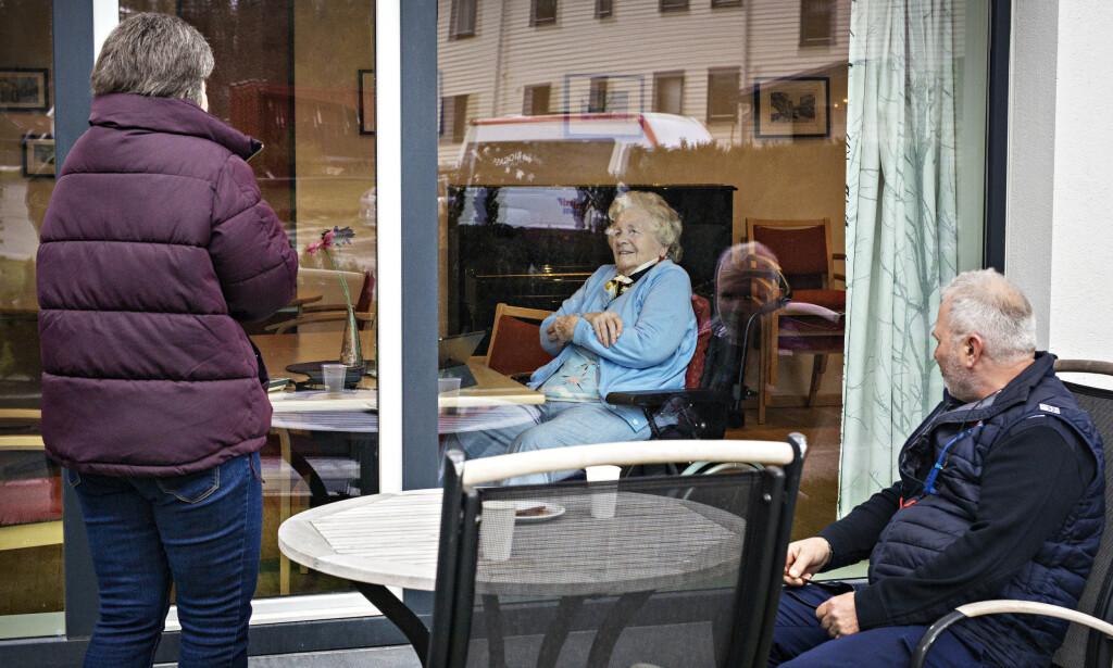 - KAN IKKE HA DET BEDRE: Randi Solveig Aasnes (90) sier hun ikke kunne hatt det bedre med tanke på situasjonen. - Om man sitter inne hjemme eller her, det er jo det samme. Men det er litt kjedelig å ikke kunne ha besøk, for jeg har hatt besøk nesten hver dag, sier hun. Foto: Jørn H Moen / Dagbladet