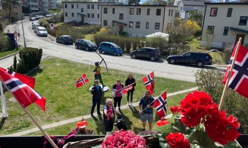 HIPP HURRA: Da Randi Solveig Aasnes fylte 90 år søndag 26. april, troppet familien opp utenfor sykehjemmet med flagg og bursdagssang for jubilanten. - Det var veldig stas, sier hun. Foto: Abildsø sykehjem
