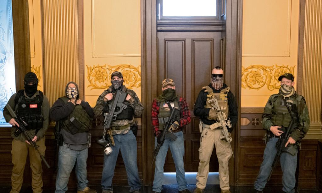 DEMONSTRANTER: Væpnede demonstranter vil ha en slutt på coronatiltakene til Michigans guvernør. Foto: REUTERS/Seth Herald