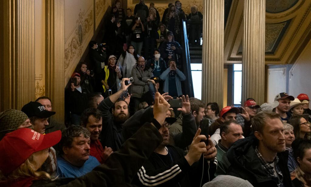 VIL ÅPNE: Demonstranter som vil ha en slutt på unntakstilstanden i Michigan. Foto: REUTERS/Seth Herald