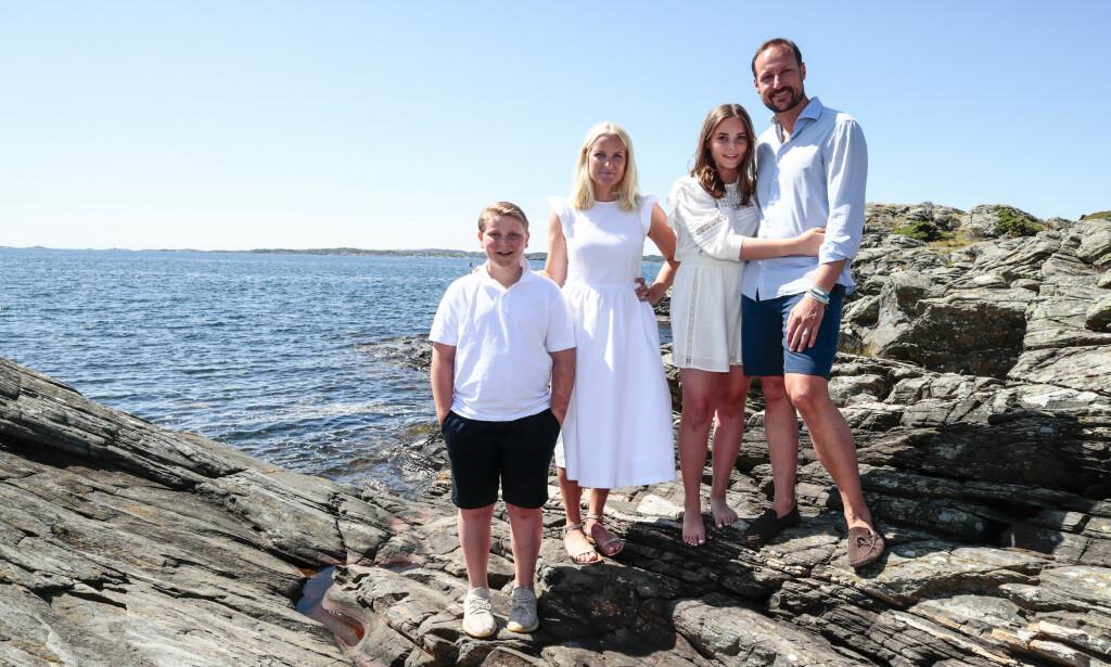 Prins Sverre, kronprinsesse Mette-Marit, prinsesse Ingrid Alexandra og kronprins Haakon på ferie på Dvergsøya utenfor Kristiansand i fjor sommer. Arkivfoto: Lise Åserud / NTB scanpix