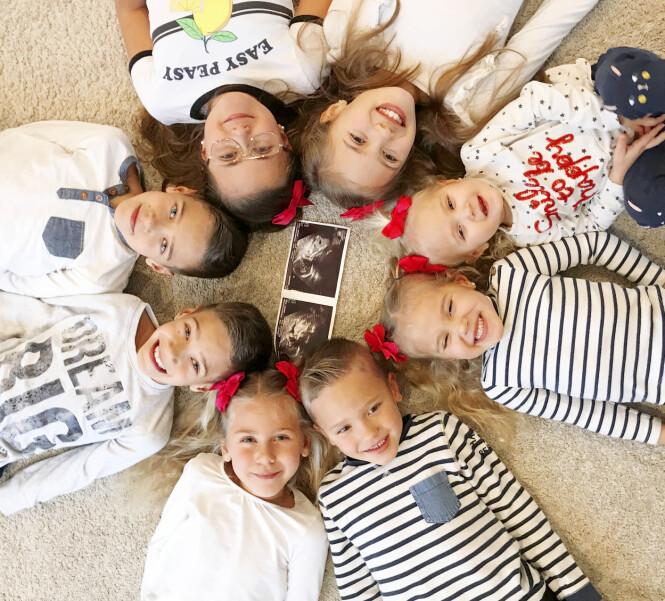 <strong>GOD SAMLING:</strong> Av og til går det trill rundt for familien. Her er de åtte eldste barna med ultralydbilder av Melanie som ble født på skuddårsdagen. Foto: Media Drum World/ Satu Nordling Gonzalez