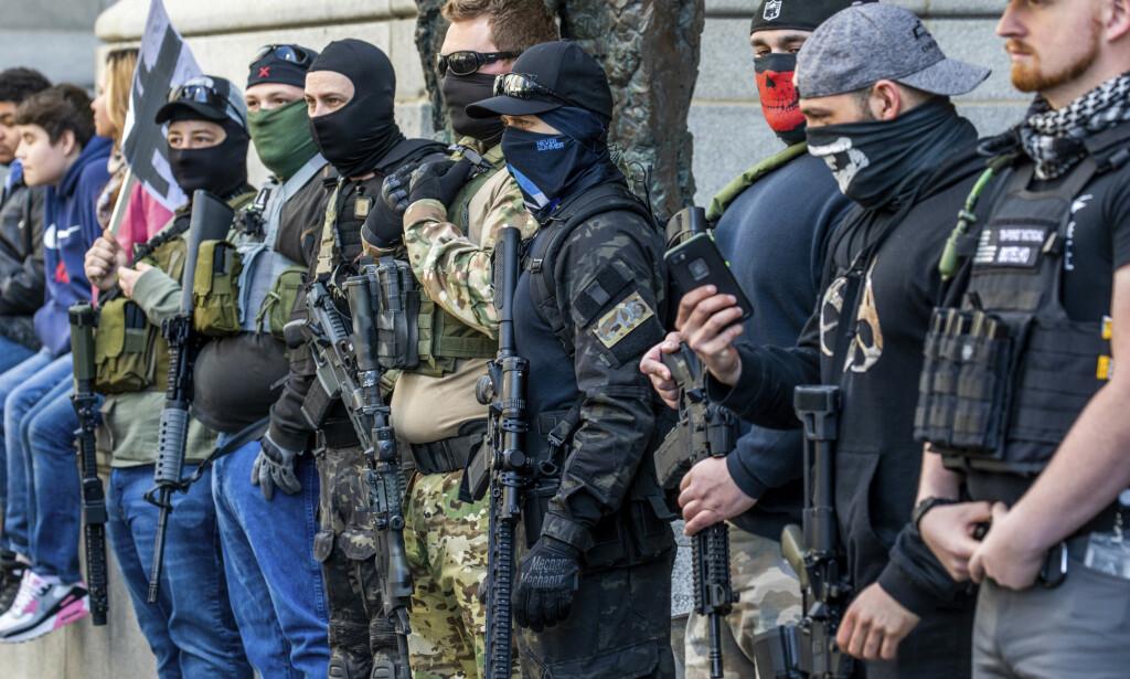 Væpnede demonstranter omringet i forrige måned delstatsforsamlingen i Pittsburgh i Pennsylvania, med krav om oppheving av strenge koronatiltak. Foto: Pittsburgh Post-Gazette/AP/NTB scanpix