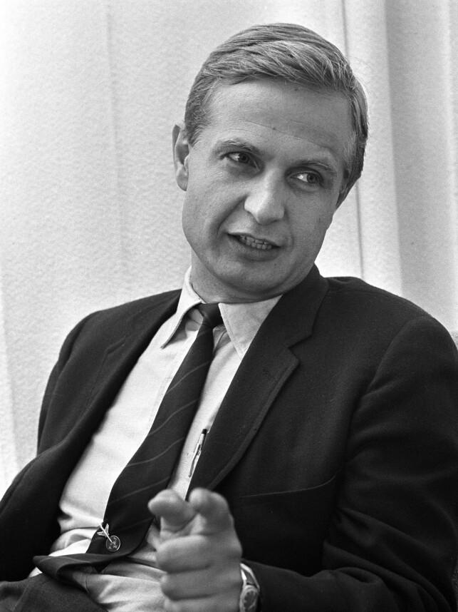 GÅTT BORT: Erik Tandberg her avbildet i en intervjusituasjon i 1969. Foto: NTB Scanpix