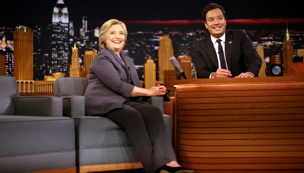 JIMMY FALLON: Talkshow-verten Jimmy Fallon er kjent for sine celebre gjester, her med Hillary Clinton i 2016. Carole Baskin trodde med andre ord hun var i godt selskap da hun takket ja til det hun trodde var et intervju med Fallon. FOTO: NTB Scanpix