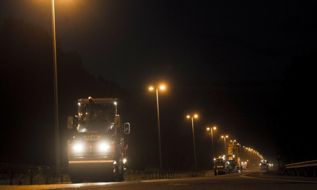 NY ASFALT 2020: Det blir lagt over 650 kilometer asfalt på norske riksveier det kommende året. Mye av arbeidet vil foregå på kvelds- og nattestid. Bildet er fra asfaltering i Viken 2011. Foto: NTB Scanpix