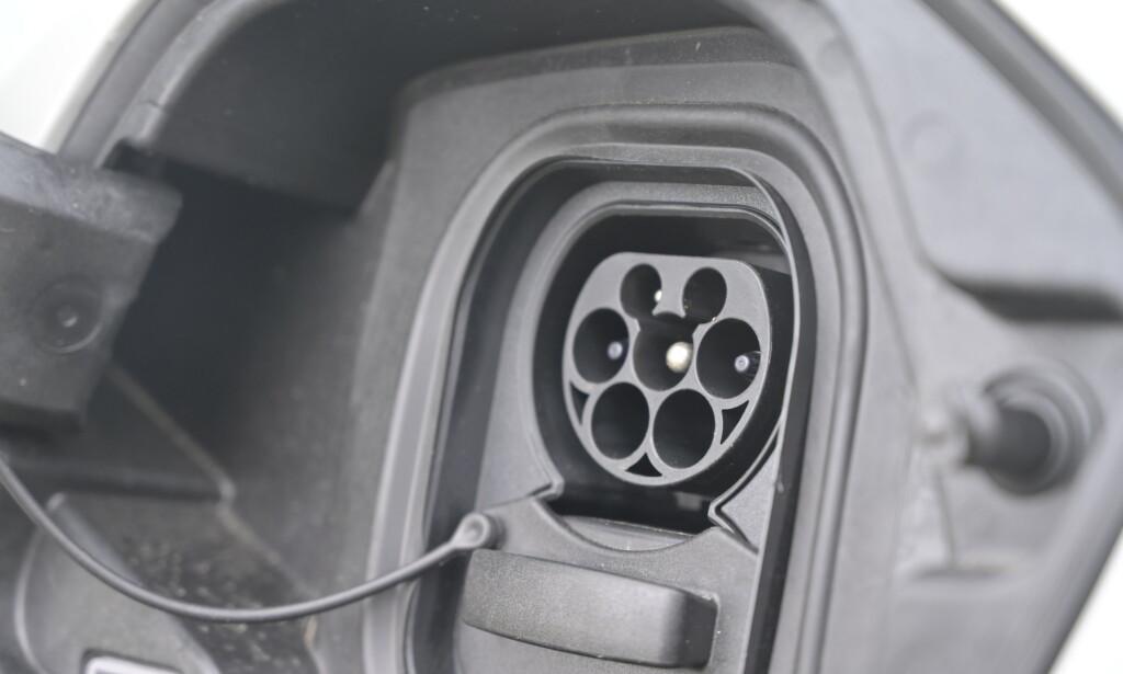 KJAPP: Har du tilgang på 11 kW på hjemmeladeren, kan denne bestilles med 11 kW ombordlader. Og her slipper du å fjerne gummiproppen hver eneste gang du skal lade bilen. En pakning rundt lokket holder kontakten tørr. Foto: Rune M. Nesheim