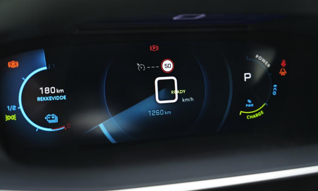 KULT: Effekten synes ikke på bildet, men Peugeot har laget et ganske så kult 3-dimensjonalt instrumentpanel med hele fem forskjellige visninger. Men vi savner fortsatt en skikkelig bra kjørecomputer. Foto: Rune M. Nesheim