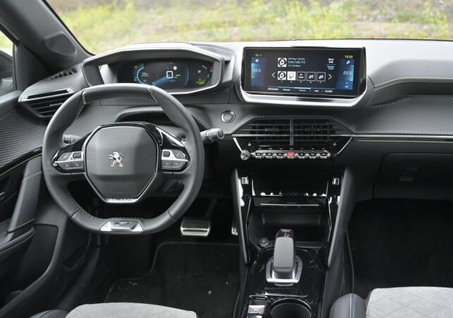 SÆRT: Peugeot har hatt sin helt egne løsning på interiør de siste årene med et lite ratt lavt plassert, nermest i fanget, med både flat topp og for å se isntrumentene. De skal erstatte head-up display hevder de. Det fir en spesiell kjørefølelse. Foto: Rune M. Nesheim