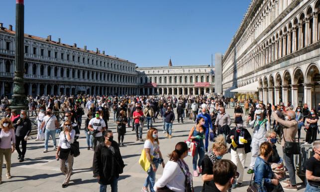 VENECIA: Mandag var det mange folk å se på Markusplassen i Venezia. Italia har hatt lengst lockdown i Europa. Foto: Reuters