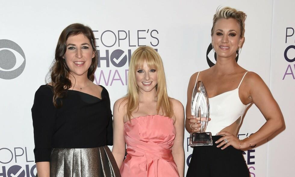 TV-STJERNE: Melissa Rauch (midten) er godt kjent fra komiserien «Big Bang Theory». Her sammen med kollegaene Mayim Bialik og Kaley Cuoco under People's Choice Awards i Los Angeles i 2015. Foto: NTB Scanpix