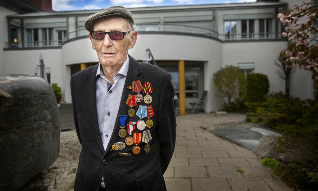 STOLT KRIGSSEILER: Trygve Laheim (98) viser stolt fram æresmedaljene han har mottatt for sin innsats under andre verdenskrig. Foto: Henning Lillegård / Dagbladet