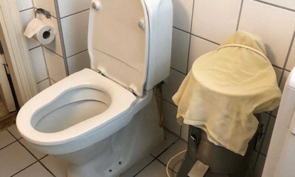 IKKE SØPPEL: Spannet til høyre er en separator som brukes for å skille ut soyamassen, ikke spesielt strategisk plassert ved siden av toalettet. Foto: Mattilsynet