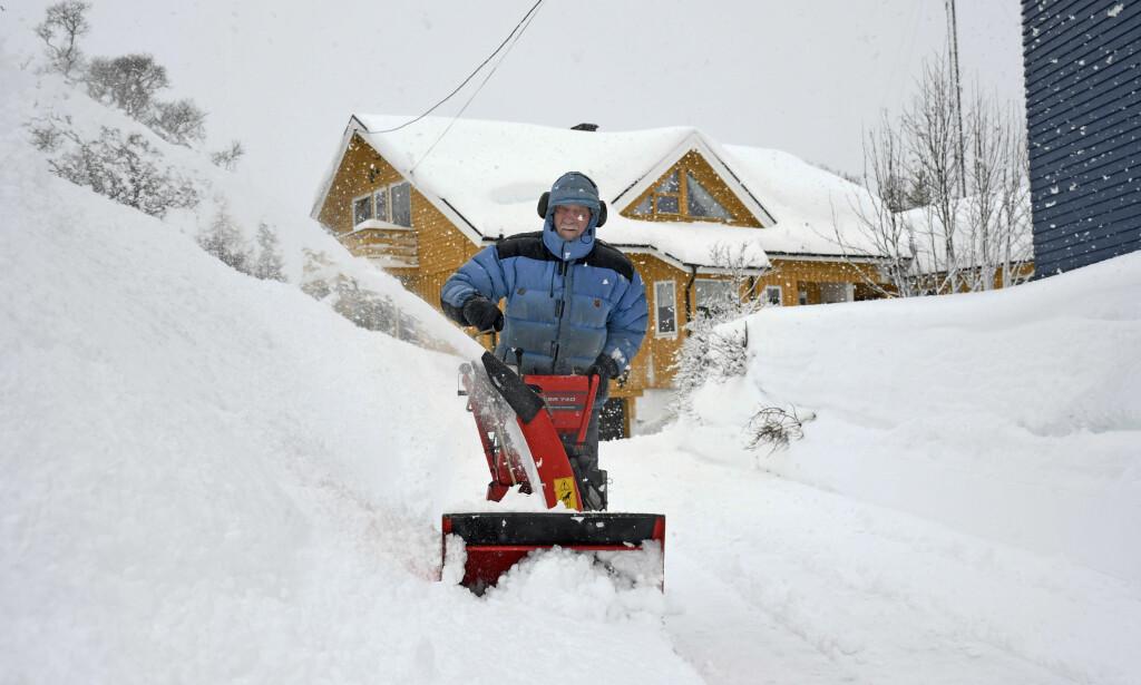 Troms 20200331.  Det har falt mye sn i Troms de siste dagene. Her freser Bjrn Johansen innkjrselen sin. Foto: Rune Stoltz Bertinussen / NTB scanpix