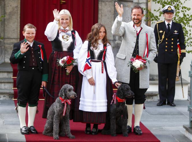 <strong>LABRADOODLE:</strong> Vår egen kronprinsfamilie har hundene Muffins Kråkebolle og Milly Kakao. Begge blandet av labrador og puddel. Foto: NTB Scanpix