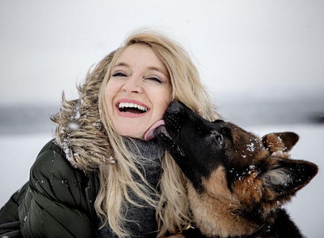 <strong>VETERINÆR:</strong> Trude Mostue og valpen Cash i fjor. Foto: Nina Hansen / Dagbladet