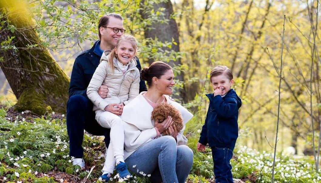 <strong>NYTT FAMILIEMEDLEM:</strong> Den svenske kronprinsessefamilien delte blant annet dette bildet på mandag og avslørte at de hadde fått valp. Det ga fart til en heftig diskusjon. Foto: Sara Friberg / Det kongelige hoff