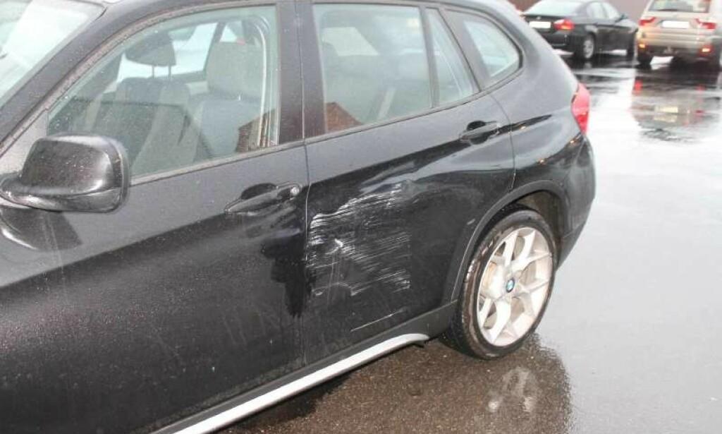 TYPISK SKADE: Mange tusen bileiere finner slike skader på bilen sin når de kommer ut i fra butikken. Det beste tipset er å parkere et stykke vekk fra inngangen. Foto: Gjensidige