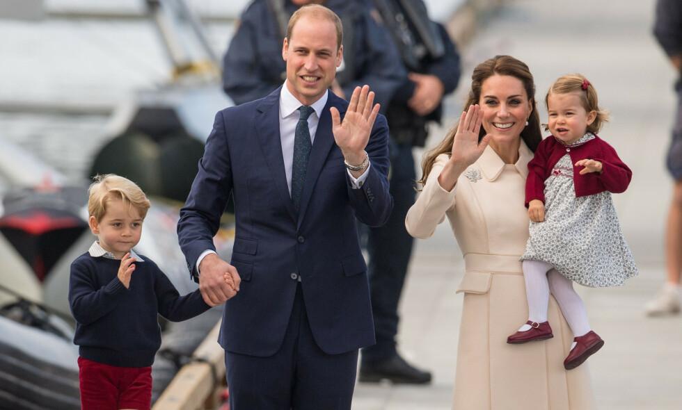 FAMILIEN PÅ TUR: Hertuginne Kate og prins William fikk sitt første barn i juli 2013, da prins George så dagens lys. Nå avslører kongehuseksperten Katie Nicholl at den lille prinsen kunne fått et helt annet navn. Foto: NTB Scanpix