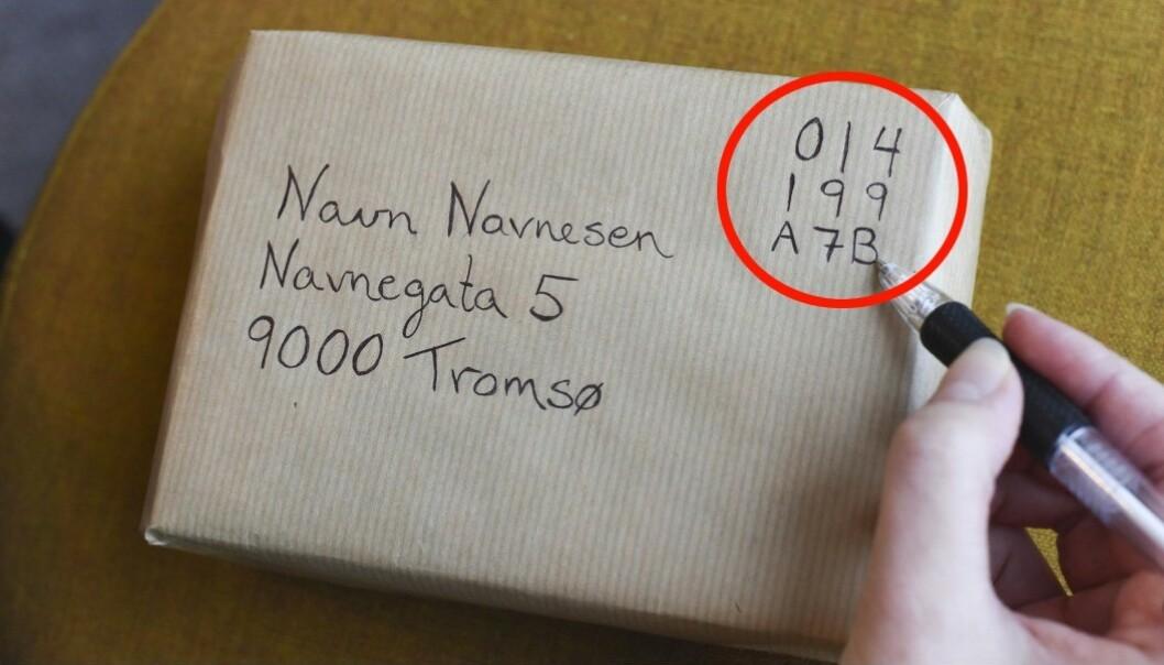 Koden til høyre er en engangskode du kjøper på Posten.no. Den erstatter frimerke, og kan brukes om du bestiller henting av brev og pakker hjemme, eller om du leverer på postkontoret eller i en rød postkasse selv. Foto: Posten
