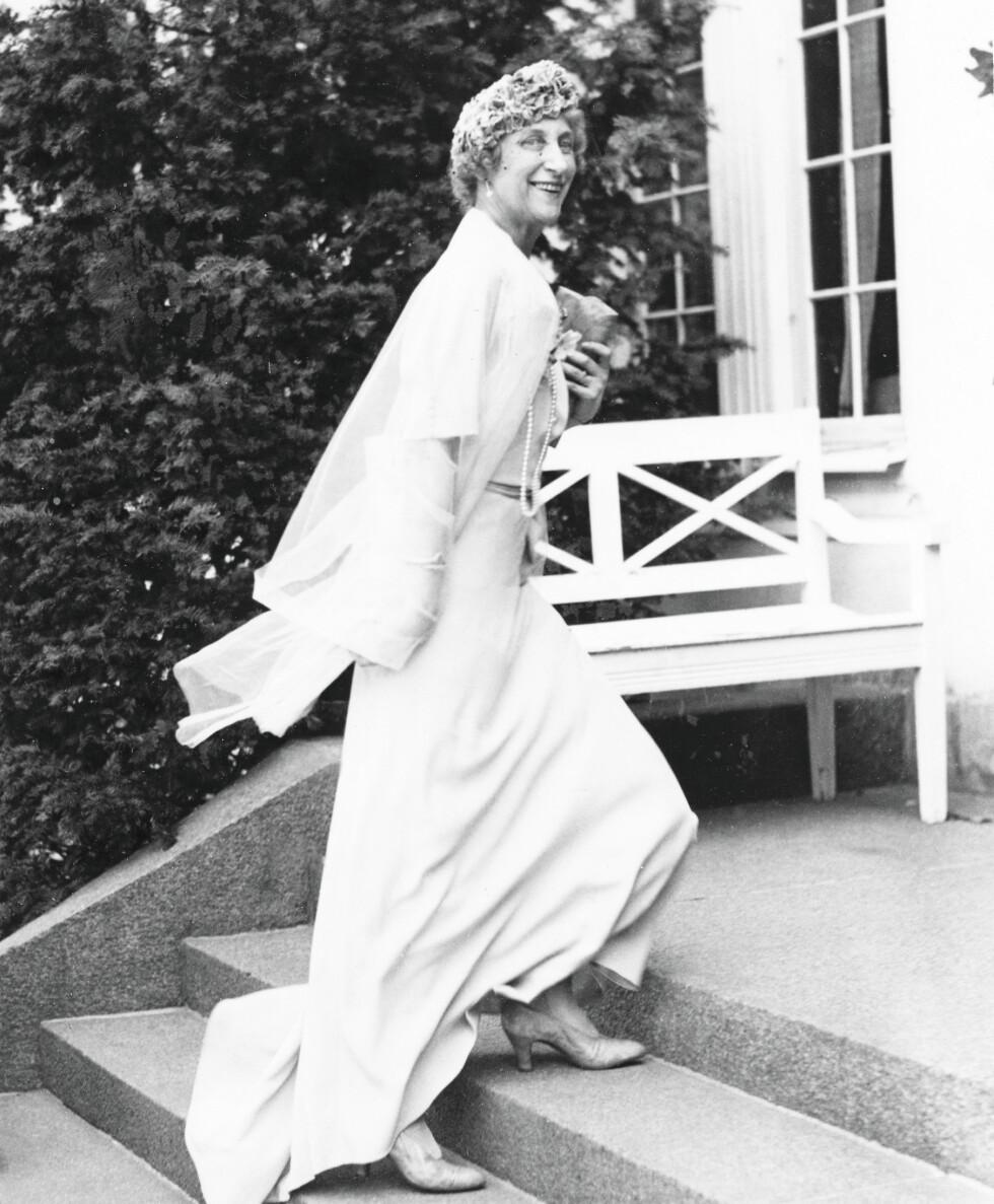 I BRYLLUP: Prinsesse Ingeborg tatt på kornet ved sønnen Carls bryllup med grevinne Elsa von Rosen i juli 1937. «Hun hadde den boblende evnen til å si de gale tingene på de rette tidspunktene», har kong Harald sagt.