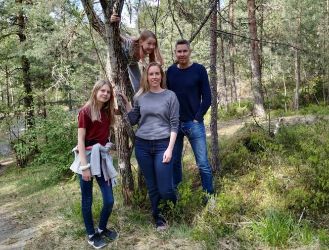FANT RINGEN: Jorunn Wold, ektemannen Per Nordahl Nilsen og døtrene Amalie (12) og Elida (10) var på tur bare noen timer etter at Geir mistet gifteringen. Det var Amalie, i rødt, som fant den. FOTO: Privat