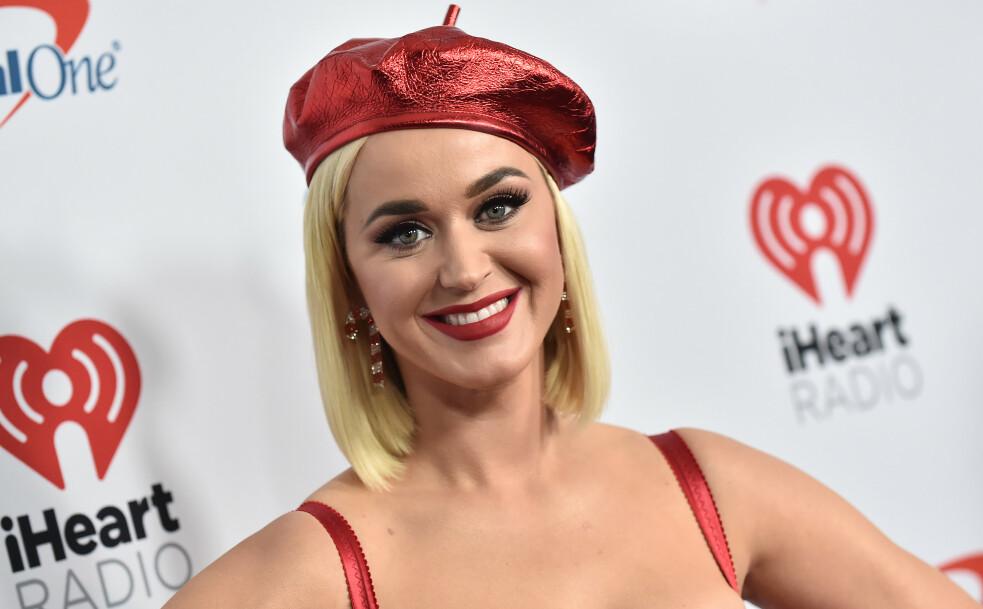 SKAPER ØYEBLIKK: Artisten Katy Perry vet hvordan man skal få i gang blitzregnet på rød løper. Foto: NTB Scanpix