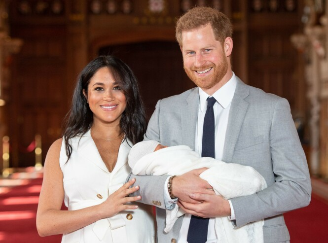 DET FØRSTE BILDET: Da disse bildene ble delt kort tid etter fødselen i fjor fikk folket se lille Archie for første gang. Foto: NTB Scanpix