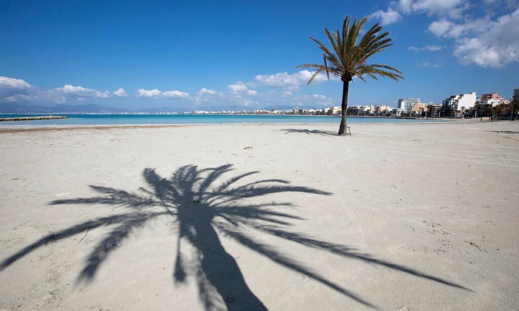 HARDT RAMMET: Coronapandemien skremmer turister fra å besøke Spania, noe som får dramatiske følger for landets økonomi. Bildet viser en tom strand i Palma de Mallorca midt under nedstengingen den 4. april. Foto: Jaime Reina / AFP / NTB Scanpix