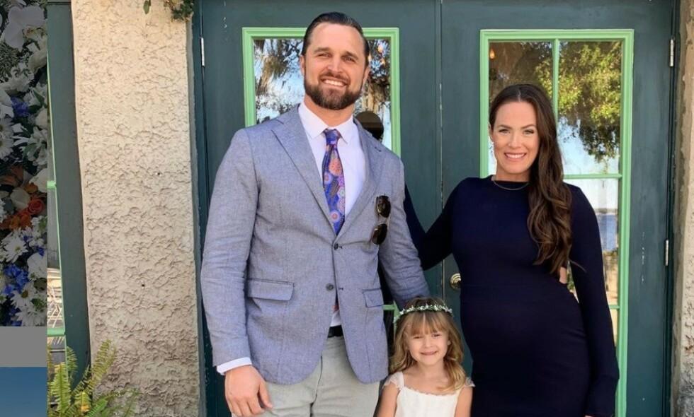 FAMILIE PÅ TRE: Denne lille familien skulle egentlig vært utvidet til fire nå. Slik ble det ikke. Foto: Instagram / Kara Bosworth Keough