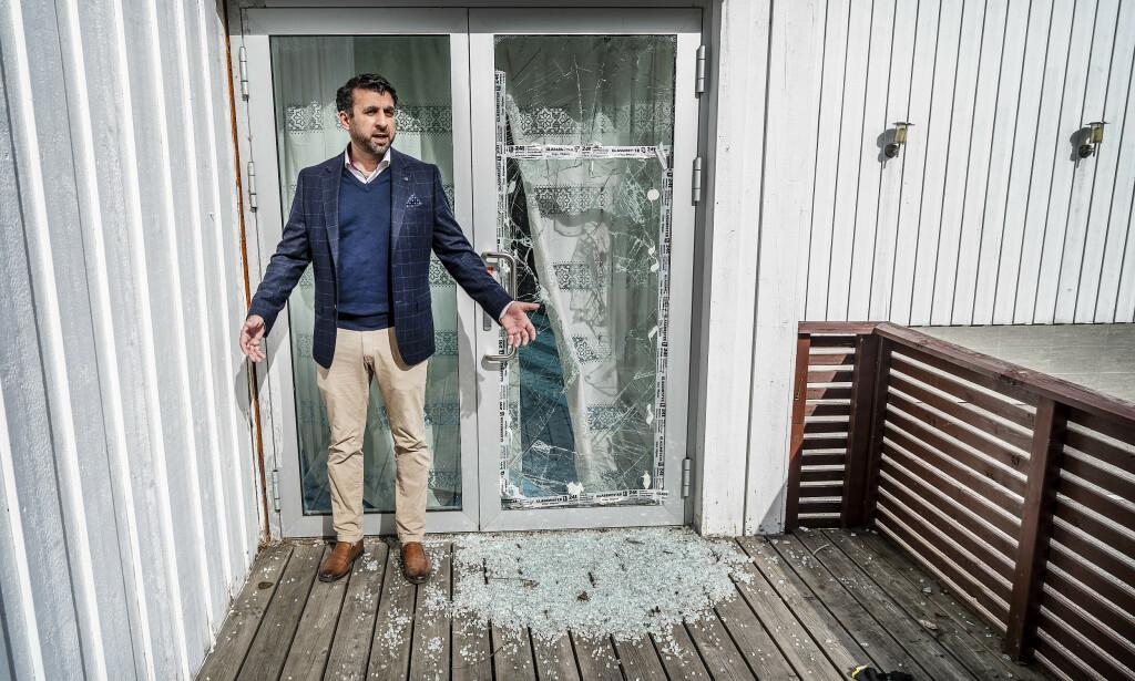 SKADER: Fortsatt er det tydelige skader etter terrorangrepet mot Al-Noor moskeen i Bærum. Irfan Mushtaq viser fram døra med skuddskader, hvor terroristen skjøt seg inn i moskeen.    Foto: Hans Arne Vedlog / Dagbladet