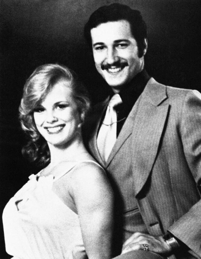 <strong>NYGIFT:</strong> Dorothy Stratten og ektemannen Paul Snider på bryllupsbildet, etter at de giftet seg i Las Vegas i 1978. Dorothy er 18 år. FOTO: NTB Scanpix