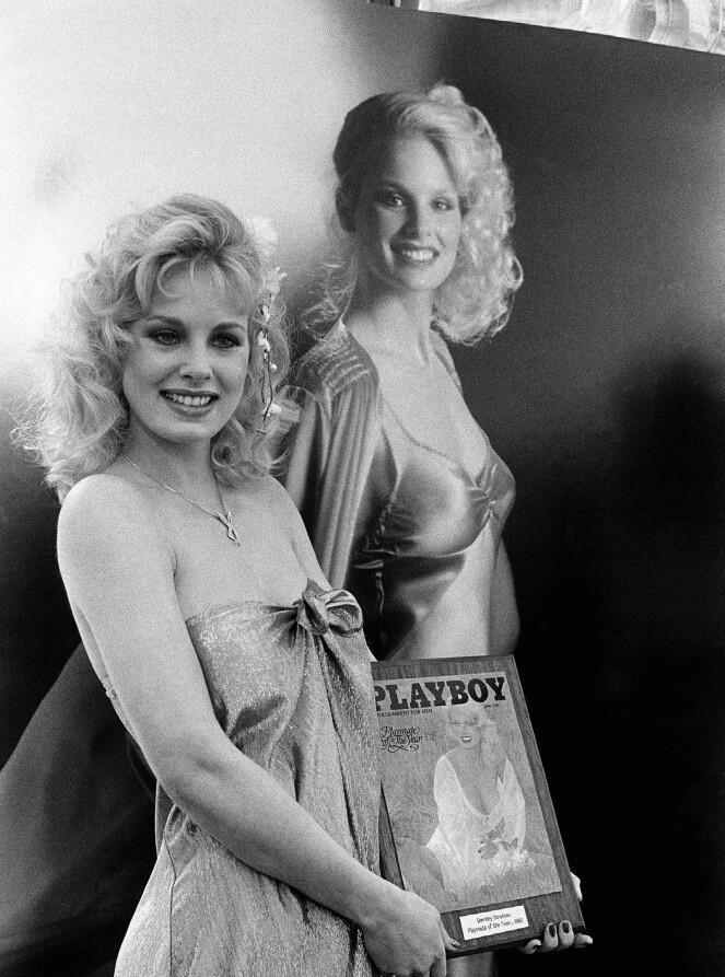 <strong>NAKENPRIS:</strong> Modell og skuespiller Dorothy Stratten under kåringen av «Playmate of the Year» i 1980. Bare måneder senere var hun død. FOTO: NTB Scanpix