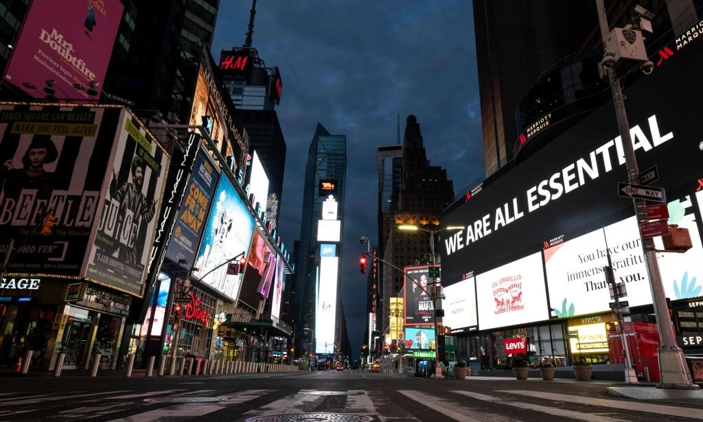 HARDT RAMMET: 3,2 millioner amerikanere søkte om ledighetstrygd for første gang forrige uke. Aktiviteten i den amerikanske økonomien har stupt som følge av nedstengingen. Bildet viser nær tomme gater ved Times Square i New York. Foto: Johannes Eisele / AFP / NTB Scanpix