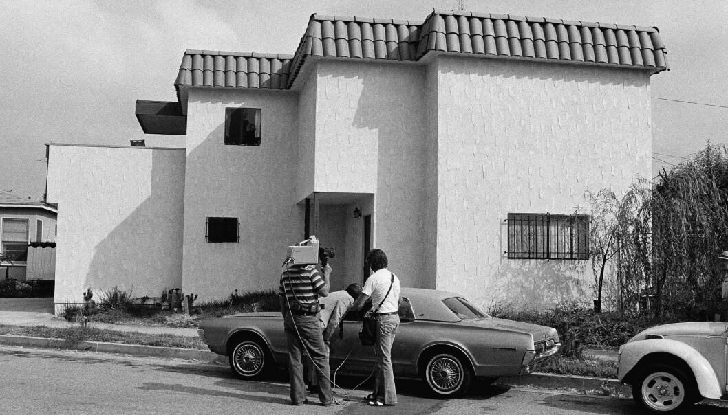 <strong>ÅSTEDET:</strong> Journalister undersøker Dorothys bil etter at hun ble funnet drept i huset bak. Ektemannen Paul Snider drepte først kona, og tok så livet av seg. FOTO: NTB Scanpix